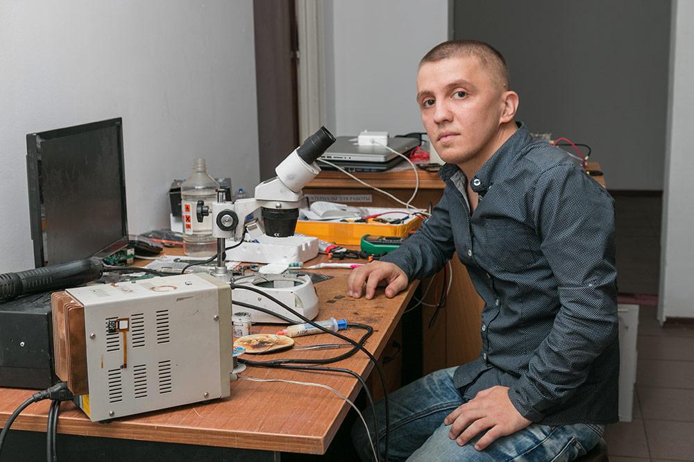 Это Сергей. Он чинит технику и открыл свою ремонтную мастерскую