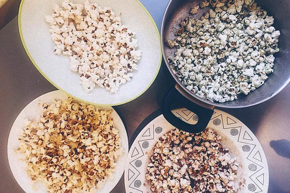 Первые пробы дома: попкорн со вкусами «сметана, зелень, черный перец», «морская соль», «шоколадный» и «сырный»
