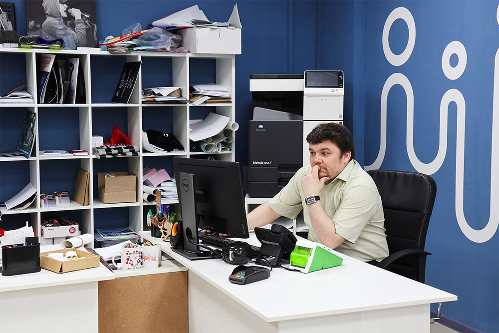 Тойво в офисе «Твоей типографии». Первое время ребята все делали сами и иногда даже ночевали на работе