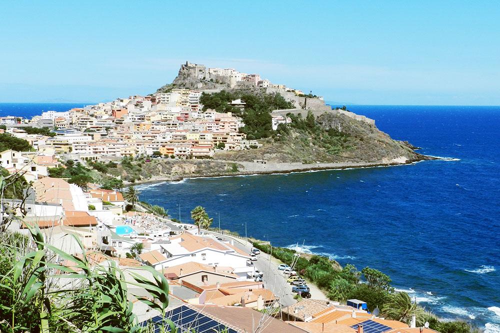 В городке Кастельсардо удобно остановиться, если вы планируете поездку по северу и западу Сардинии. Там есть пляж и развитая инфраструктура. В конце июня не было толп туристов