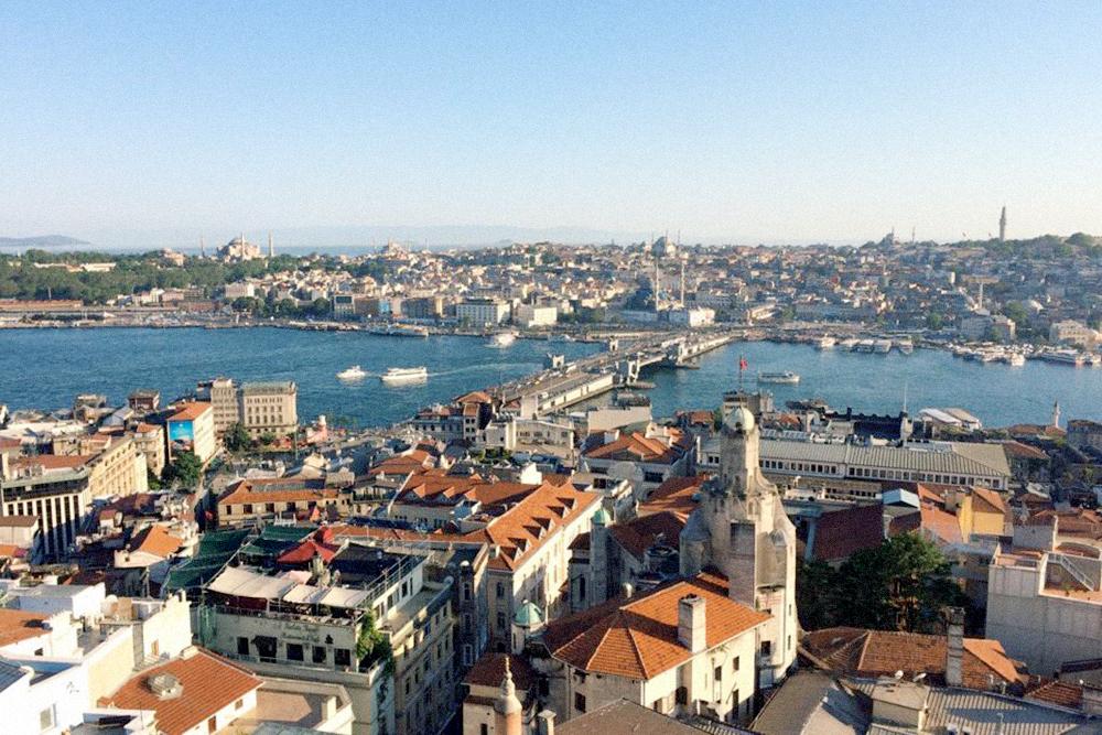 Стамбул стоит на проливе Босфор, который разделяет континент на Европу и Азию