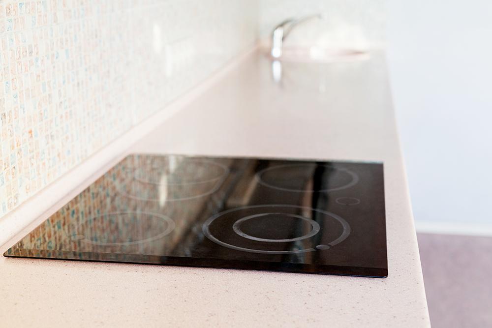 Примерно такие столешницы из искусственного или натурального камня делали мы с Олегом. Они прочные, не боятся влаги и на них можно спокойно поставить горячую сковородку. В отличие от пластиковых или деревянных каменные столешницы могут служить десятилетиями. Фото: Shutterstock
