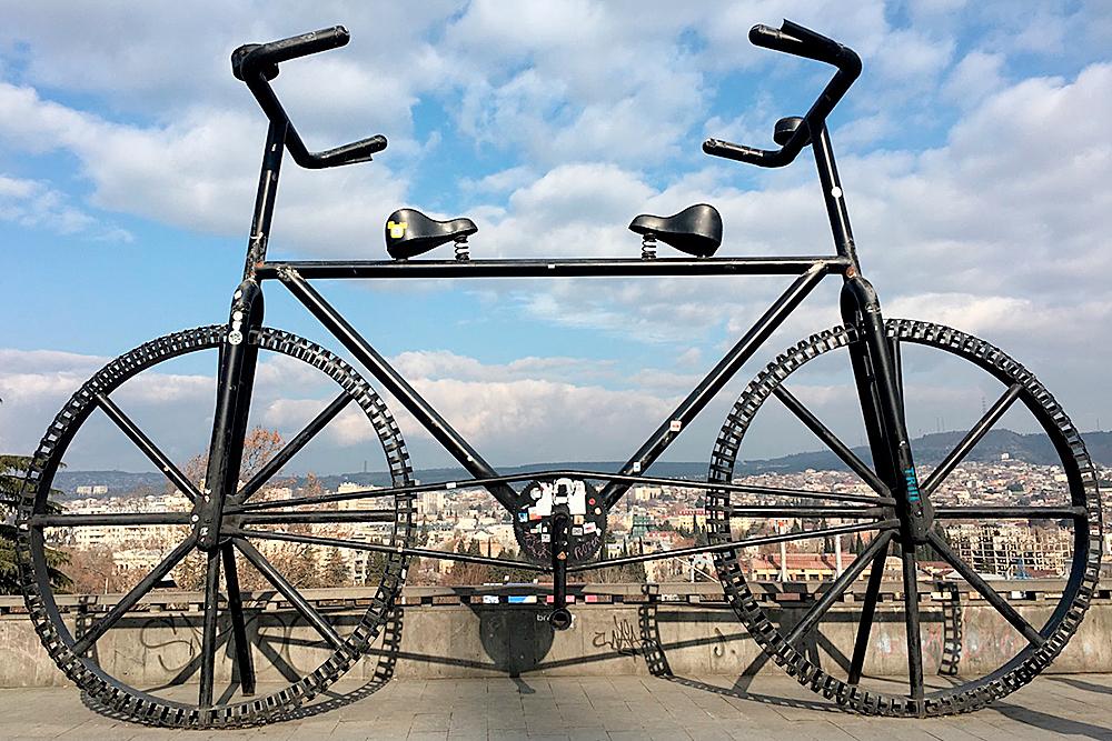 Неподалеку от станции метро Руставели стоит памятник здоровому образу жизни — восьмиметровый велосипед. Он как бы намекает, что после хинкали и хачапури придется «немного» попотеть в спортзале