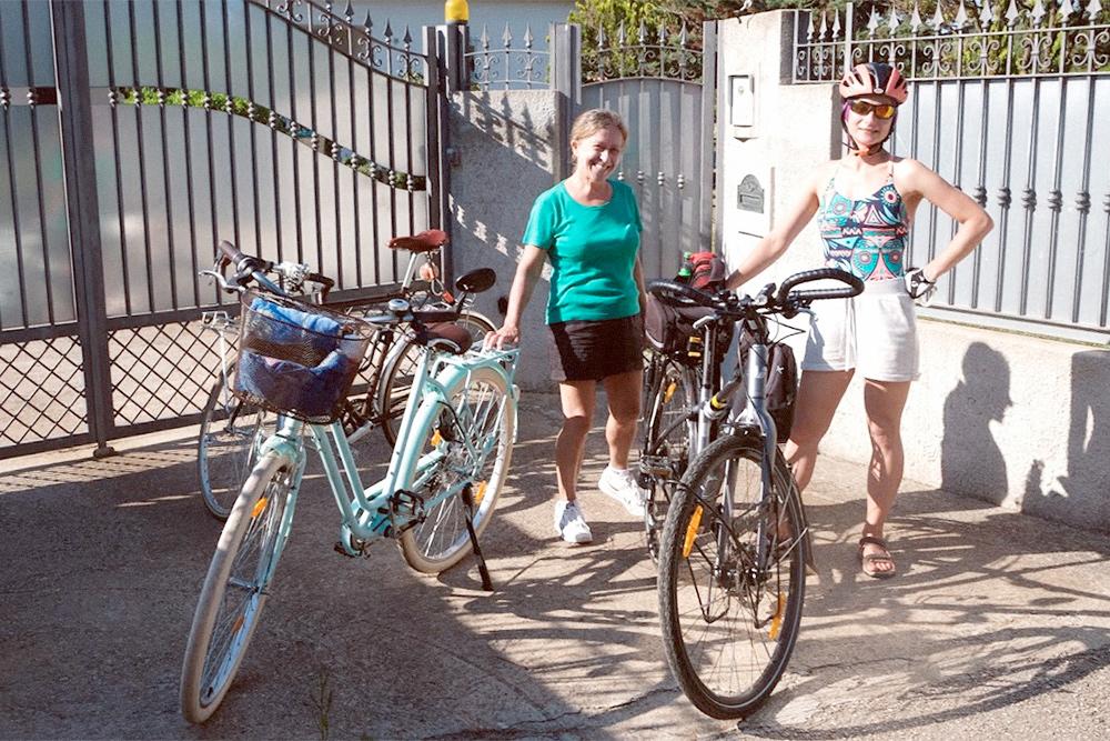 Мы с партнером брали велосипеды на Сардинию. На фото со мной — хозяйка дома, у которой мы снимали комнату через Airbnb.com