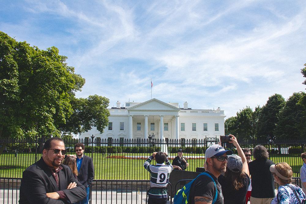 У Белого дома немного туристов — обычно пара десятков человек