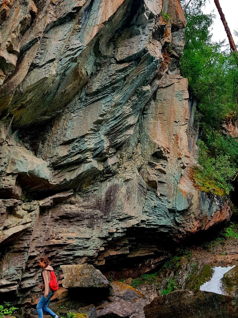 Огромная отвесная скала рядом с Нижним Карасу. Смотрится очень мощно