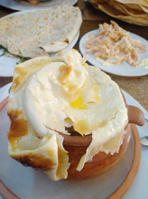 Мне очень понравилось блюдо путук — мясо с картофелем и нутом в горшочке за 2000 ֏ (280 рублей)