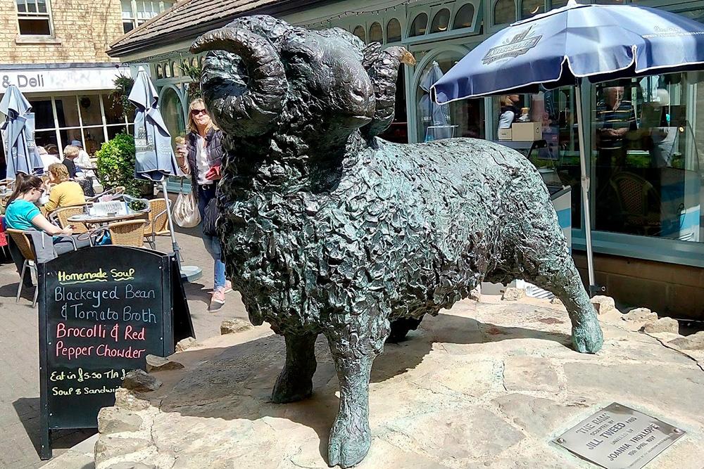 Скульптура барана на рынке «Вулмаркет» в Сайренсестере. В Средние века шерсть котсуолдских овец ценилась по всей Европе. На деньги, вырученные от продажи шерсти, построены многие церкви. Их тут называют «шерстяными»
