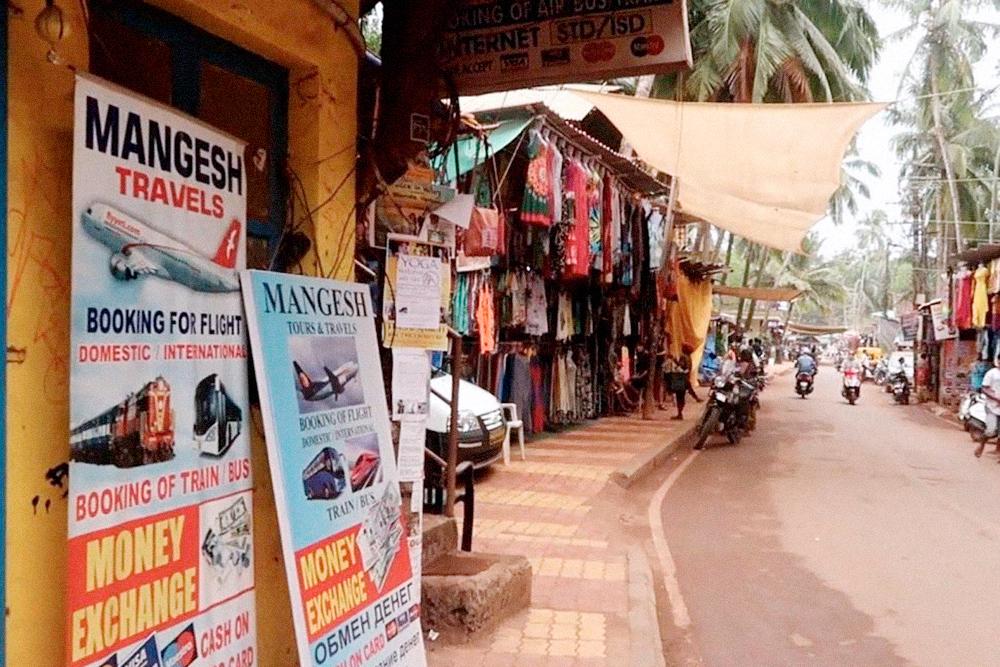 В туристических агентствах продают экскурсии, бронируют билеты на любой вид транспорта, фотографируют, распечатывают, меняют деньги и продают доступ в интернет. Все как у нас 15 лет назад