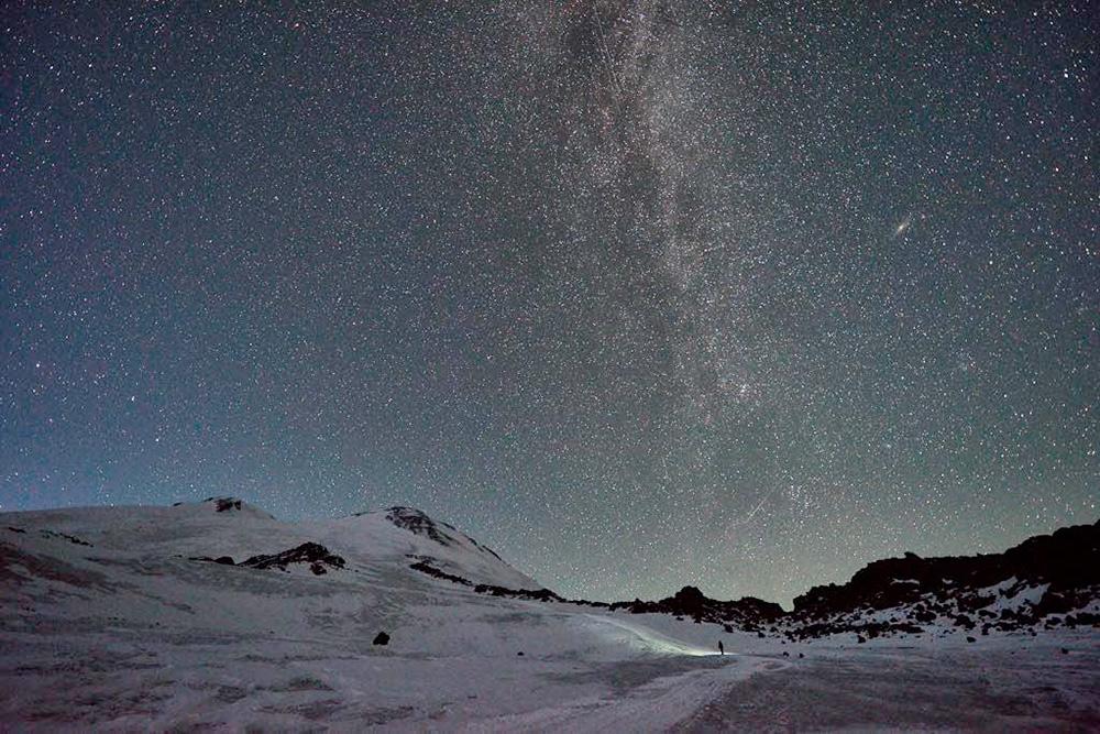 Ночь на высоте 3800 м, Эльбрус. Выйдя в середине ночи на улицу, я долго не могла поверить, что это реальность. Миллионы больших и маленьких сияющих точек, которыми усыпано небо, — такого не увидишь в средней полосе России. Фото: Дмитрий Хорохонков