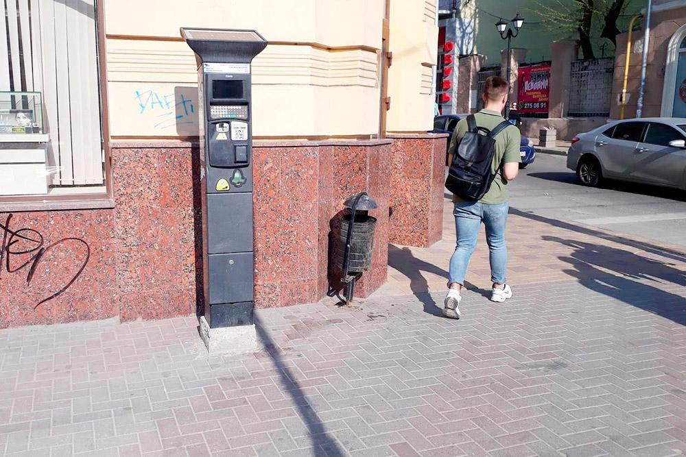 Терминал для оплаты парковки принимает наличные и банковские карты