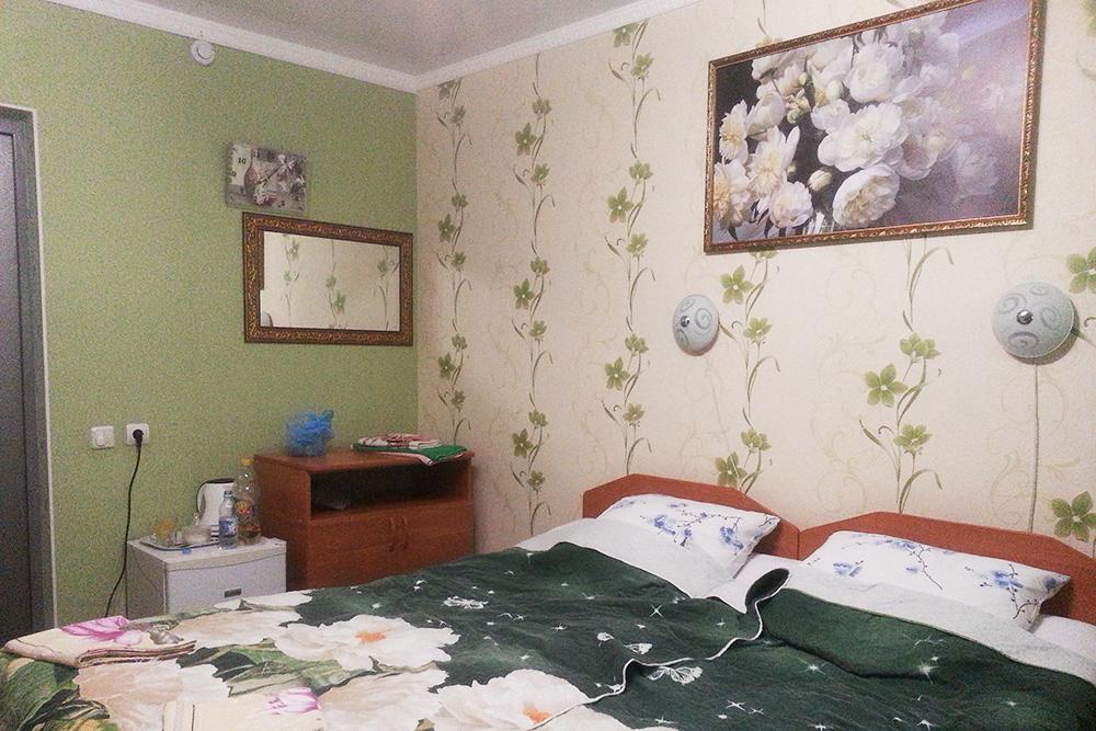 Номер в мини-гостинице в Белой Калитве порадовал нас большими кроватями, собственной ванной комнатой, холодильником и электрическим чайником