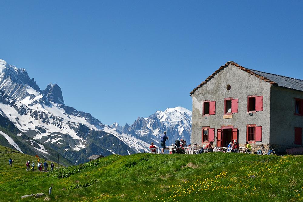Приют и кафе на высоте 2200 м с видом на самую высокую вершину Монблана