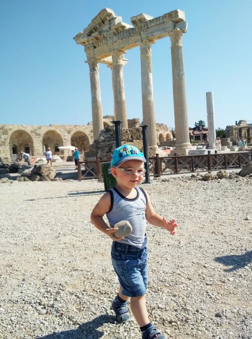 В Сиде сохранились руины древнего храма Аполлона. Мне рассказ об этом месте не понравился: как историк, я ожидала большего погружения в тему