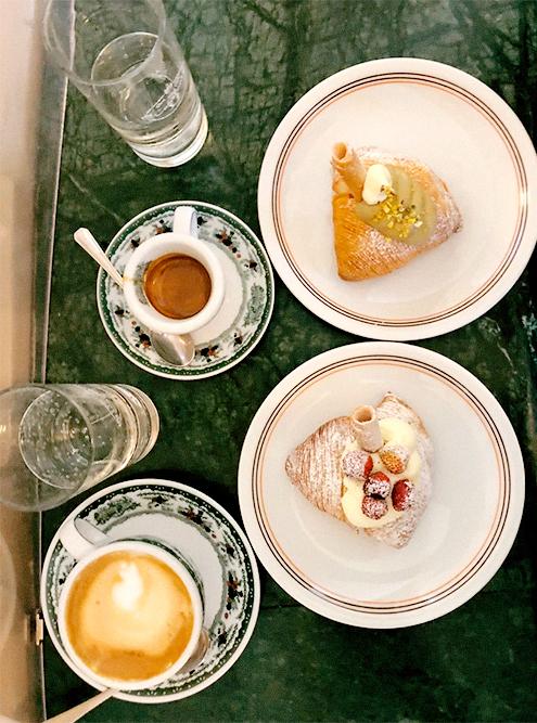 Сфольятелла с кофе в «Гамбринус» — самой известной и старой кофейне Неаполя