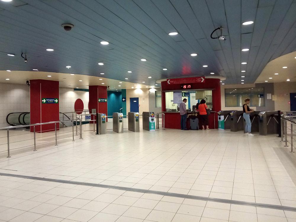 Ближайшая к нам станция — Жолио-Кюри. Это вестибюль