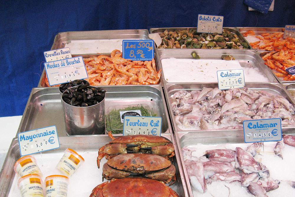 Кальмар стоит от 12,5€ за кг, краб — 14,90€, улитки — 12,50€. В «Ашане» улитки стоят 8,99€