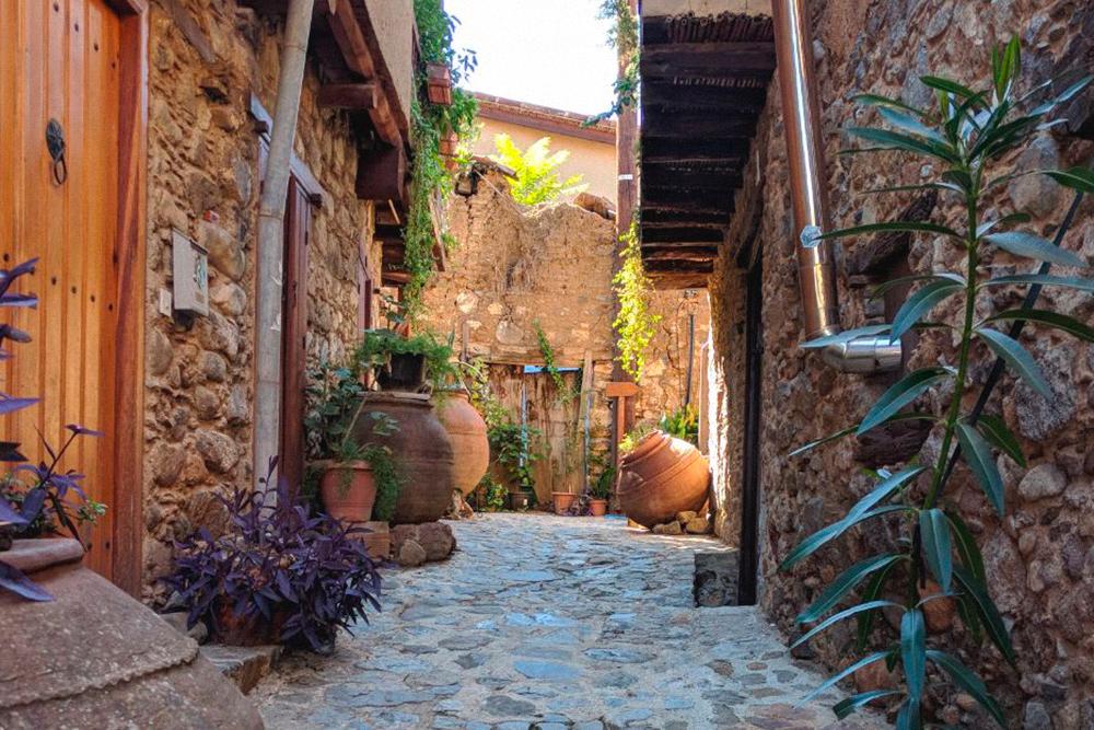 В деревне есть улица якобы из старых домов