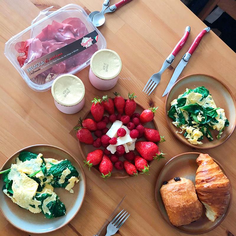 Омлет со шпинатом, ванильные йогурты, ветчина, булки, сыр и клубника. Так красиво мы завтракаем редко