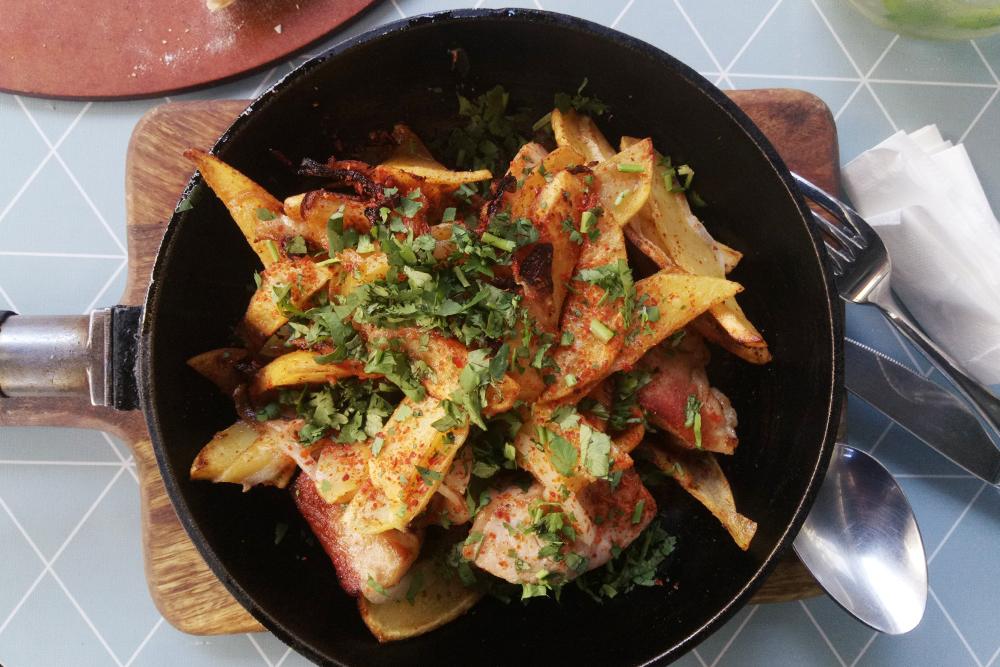 В Тбилиси вкусно и дешево. Это оджахури, жареное мясо с картофелем, стоило 15 ₾ (375 рублей)