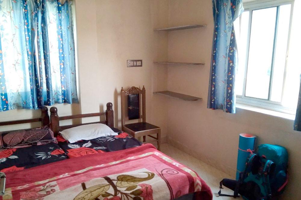 Стандартный номер на двоих в семейном гестхаусе в Удайпуре, Раджастан. В номере есть: кровать, столик, стул и ванная комната. Он стоил нам 350 рупий (339 р.) на двоих