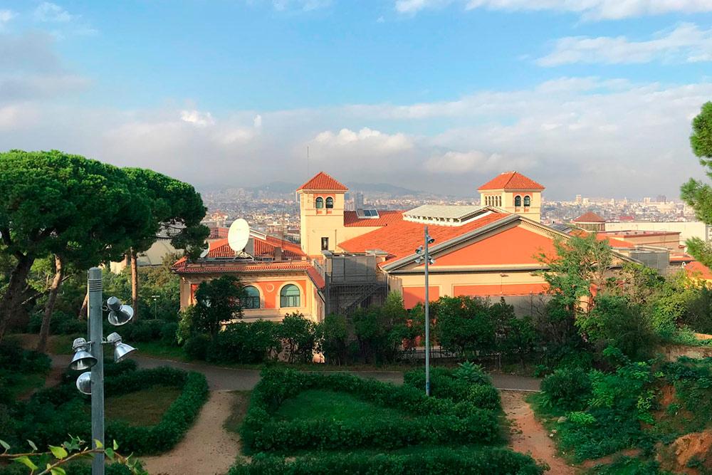 Вид с холма Монтжуик в Барселоне. Добраться на вершину можно на фуникулере со станции метро Parallel по проездному или по канатной дороге за 8€ (616 р.) в одну сторону