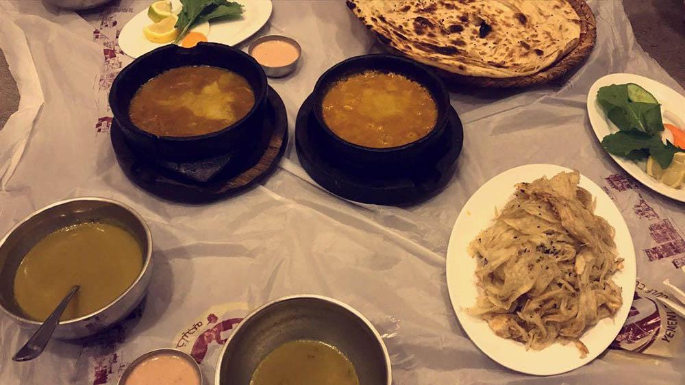 В традиционных ресторанах арабской кухни принято есть на полу. Мы заказали лепешки, овощной суп и два вида рагу. Всё вышло на 80 риалов (1360<span class=ruble>Р</span>)
