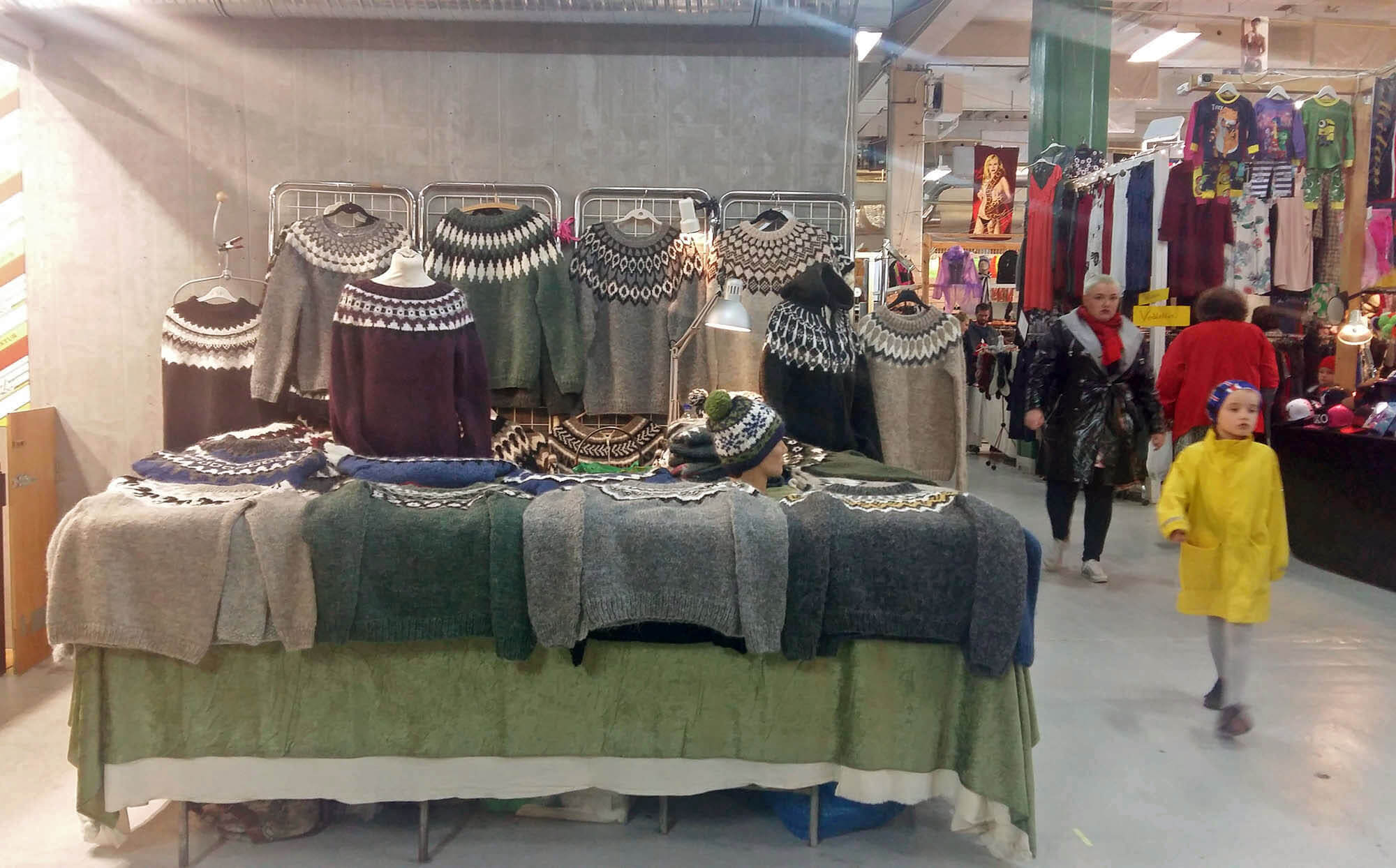 Традиционные исландские свитера ручной вязки на рынке «Колапортис». В обычном магазине такой стоит от 23 000 крон, а тут — 17 000 крон (10 000 р.)