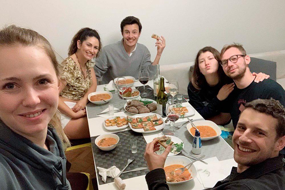 Это вечер национальной кухни в Лиссабоне. Наши друзья из Украины приготовили борщ, блины с икрой и купили водку. Пригласили нас и еще двоих друзей-португальцев