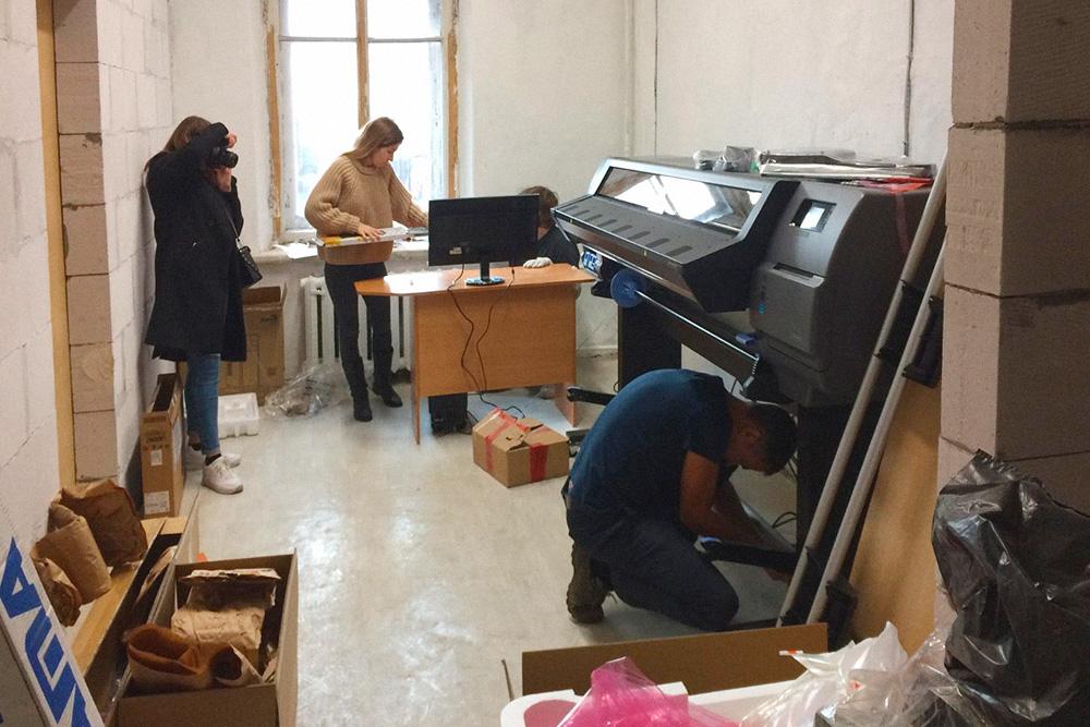 Для принтера с помощью пеноблоков собрали отдельное помещение