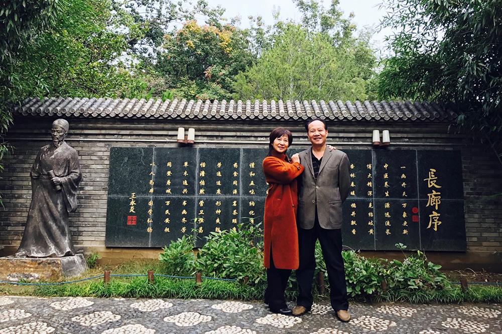 Родители моей подруги Ли Хуэ живут в провинциальном городе с населением 3 млн человек. Мама вышла на пенсию в 50 лет и теперь по будням посещает модельные и театральные курсы за счет государства. Папа — депутат местного совета, он еще работает, поэтому регулярно приезжает на съезды коммунистической партии Китая в Пекин