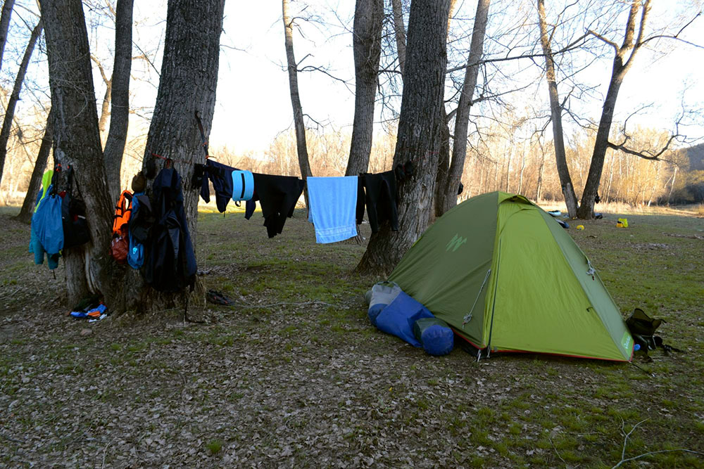 Эта недорогая палатка служит мне больше семи лет. В ней комфортно ночевать вдвоем или втроем, если не складывать вещи внутрь. Я покупала ее за 1800 р.. Натянутая часть палатки — тамбур, в который спрятан рюкзак