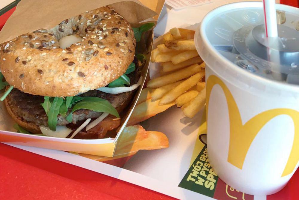 Бургер, картошка фри, соус и напиток обойдутся в 25 zł (450 р.)