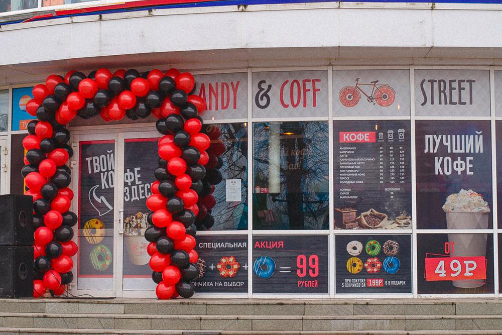 Вместо вывески и подвесного меню заказали рекламу на окна. Потратили 20 тысяч рублей