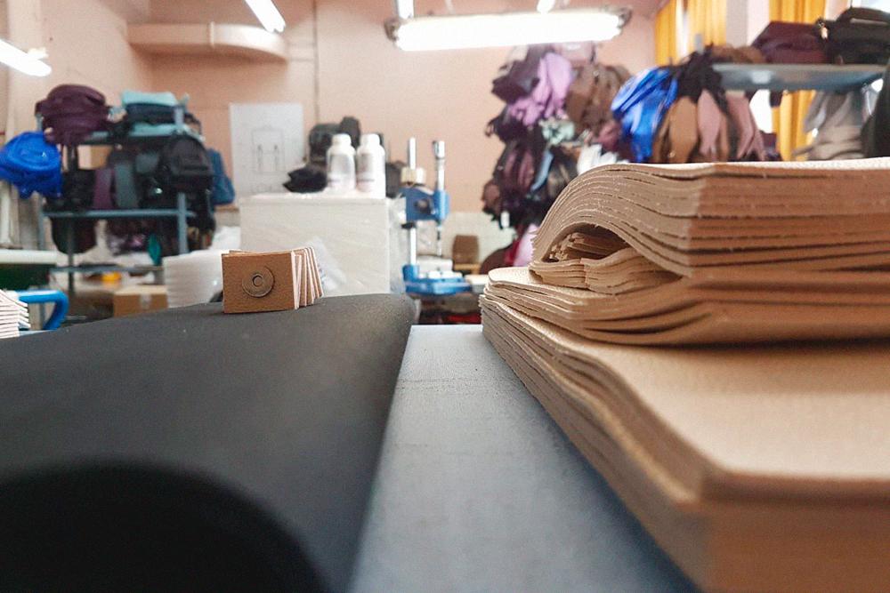 Черный рулон на столе — хлопковый подклад. Его Иван тоже закупает на складах в Петербурге
