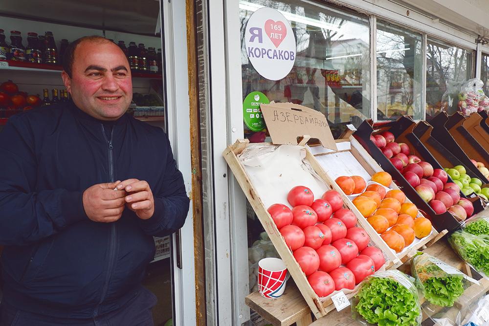 Недавно в центре Корсакова открыли фруктово-овощную лавку. Овощи и фрукты дорогие: помидоры — 200 рублей, яблоки — 140 рублей, апельсины — 190 рублей, мандарины — 200 рублей, желтый болгарский перец — 340 рублей
