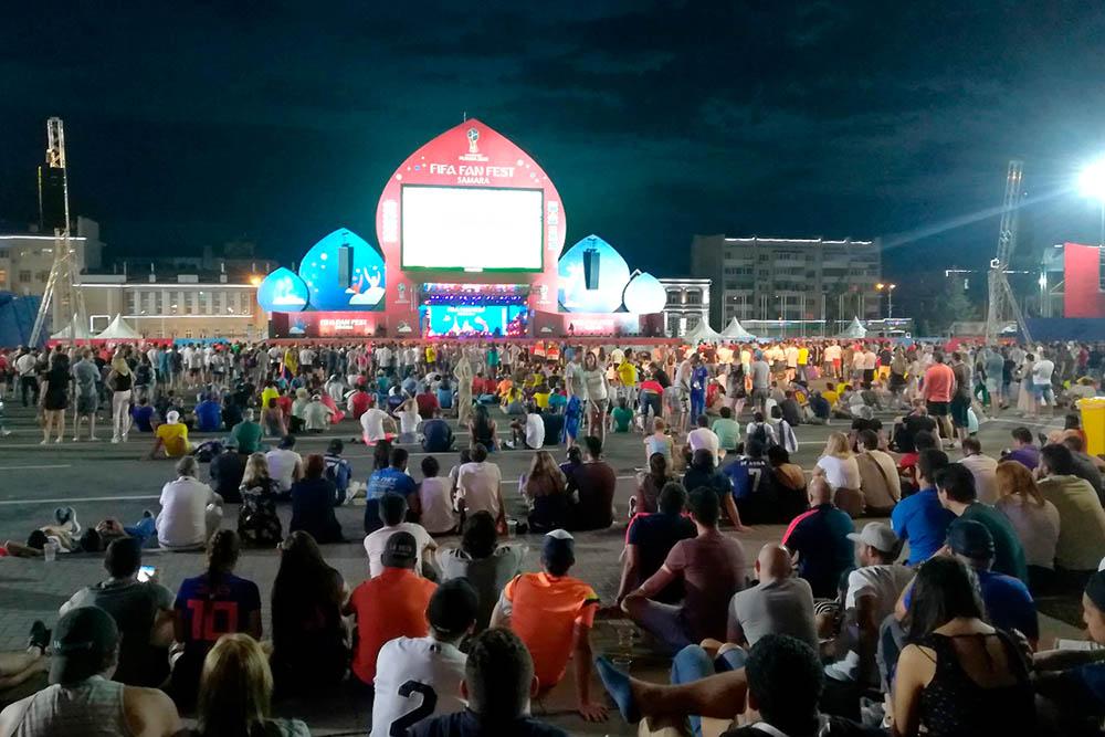 Трансляция матча в фан-зоне на площади Куйбышева