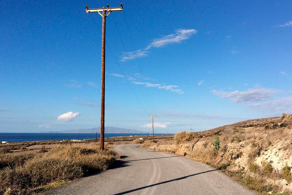 Основная трасса между Ией и Фирой постоянно переполнена. Объездная дорога на востоке идет параллельно с основной и почти всегда пустует. Многополосных дорог на Санторини нет