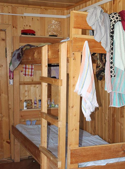 В комнатах для экскурсоводов стоят двухъярусные кровати