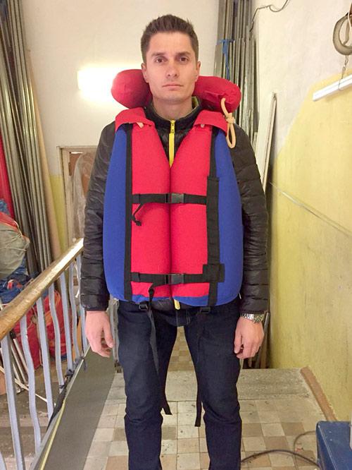Ваня купил суперпрокачанный жилет от «Рафтсервиса» с подушкой под голову за 7500<span class=ruble>Р</span>