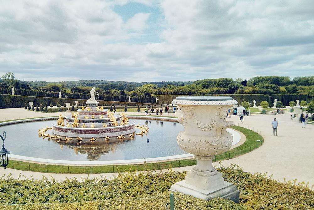 На мой взгляд, Версаль внушительнее, чем Петергоф. Но в Петергофе богаче фонтаны