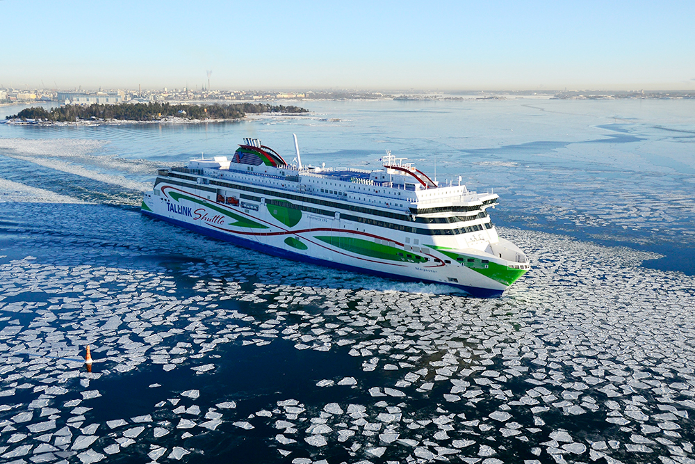 Друзья рассказали, что зимние пейзажи впечатляют: Балтика замерзает, и паром идет по проложенному ледоколом пути. Ранней зимой он как будто плывет в море леденцов