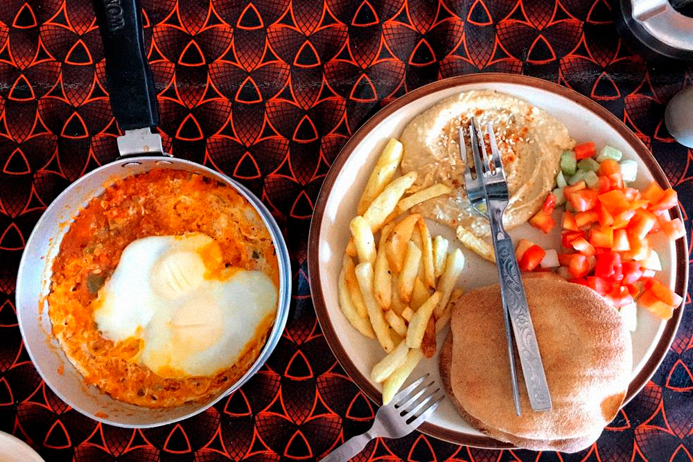 Комбо из шакшуки, хумуса, салата, картофеля фри и двух пит в израильском кафе стоило нам 250 ₹ (225<span class=ruble>Р</span>). Хватало, чтобы наесться вдвоем