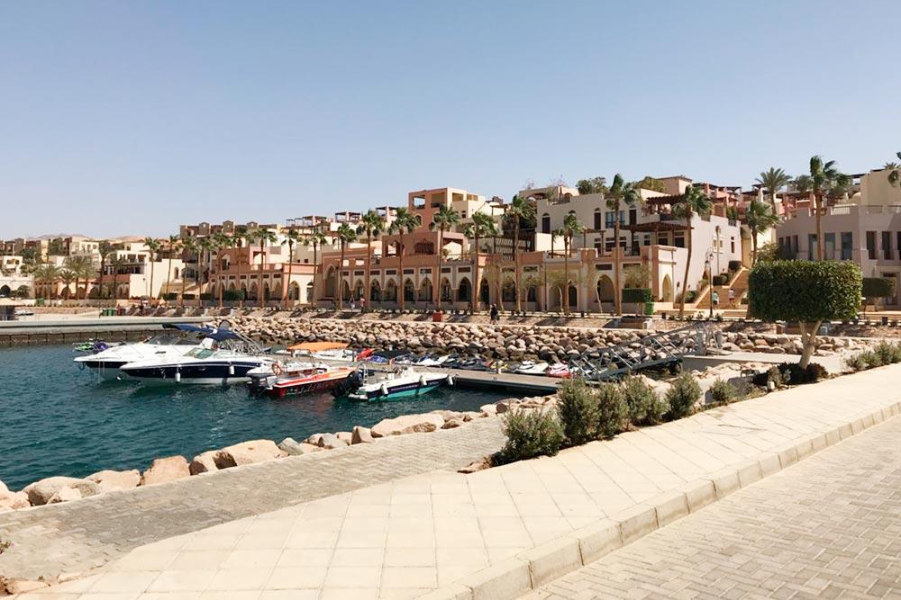 Иорданцы часто приезжают в Акабу на выходные и селятся в домах или отелях, расположенных на побережье
