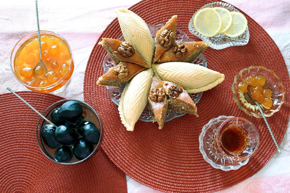 Бакинская пахлава, шекербура и варенье — из белой черешни и молодых грецких орехов в кожуре