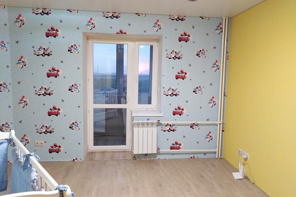 На обои и балконный блок в этой комнате мы потратили 35 000<span class=ruble>Р</span>