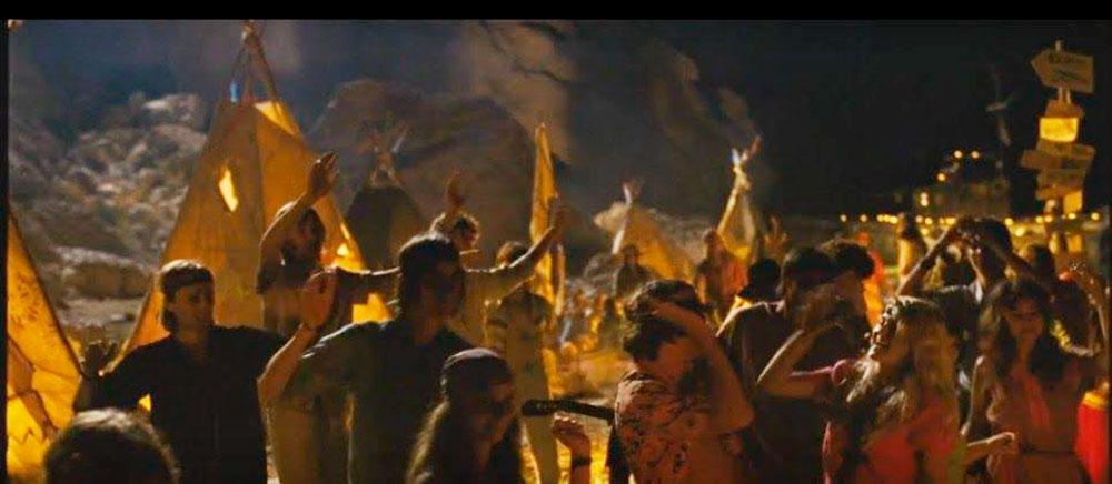 Кадр из фильма. Так сцена с танцующими и веселящимися актерами массовых сцен выглядит на экране. Фото: f4.lordfilm7.tv