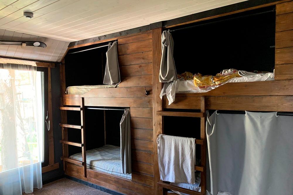 В шестиместном номере у кроватей есть шторки и шкафчики для вещей. Внутри довольно просторно