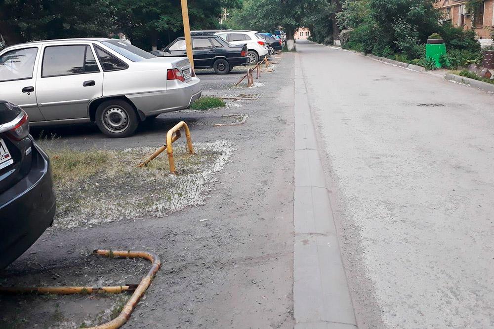 Вот такие «ежами» и цепями автовладельцы огораживают себе парковочные места во дворе