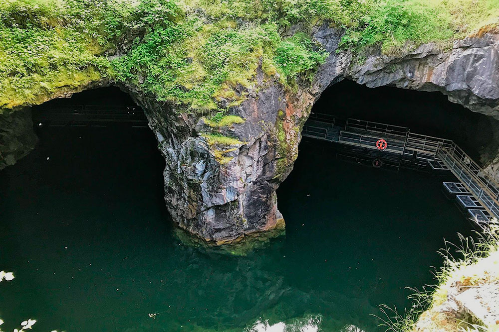 Вид на подземное озеро сверху